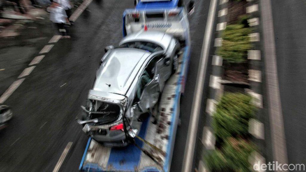 Mobil Crossover yang Ditabrak Kopaja Dievakuasi