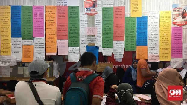 Nomor kartu prabayar dari berbagai operator telekomunikasi ditawarkan di salah satu pusat perbelanjaan. Jakarta, Kamis, 26 April 2018. Kementrian Komunikasi dan Informatika (Kemenkominfo) bersama Badan Regulasi Telekomunikasi Indonesia (BRTI) dan Asosiasi Penyelenggara Telekomunikasi Seluruh Indonesia (ATSI) terus melakukan pembersihan nomor prabayar teregistrasi data kependudukan. Hingga kini, ada 328 juta kartu prabayar yang teregistrasi dengan menggunakan kartu kependudukan yang benar.