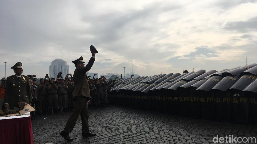 Aksi Anies-Sandi Uji Kekuatan Satpol PP Dengan Lemparan Batu