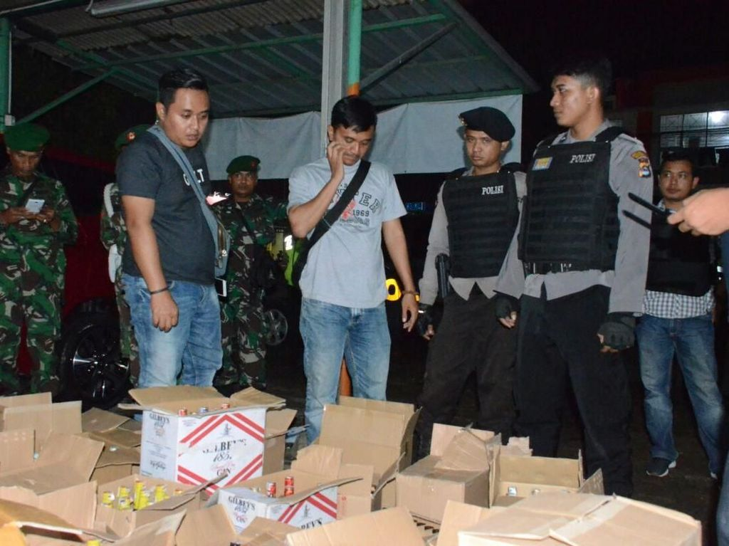 Polisi Sita Ribuan Botol Miras dalam Razia di Tangerang