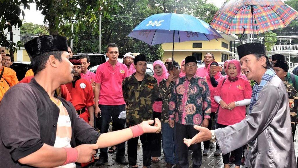 Aksi Palang Pintu Antar Sudarto Daftar jadi Calon Anggota DPD