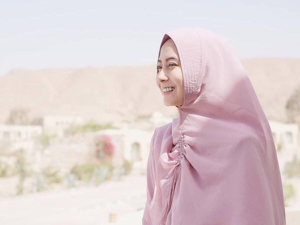 10 Inspirasi Baju Syari untuk Traveling dari Selebgram Hijab Indonesia