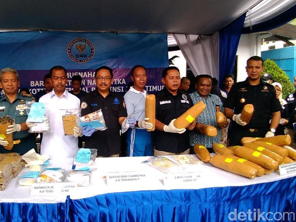 BNNP Jatim Musnahkan 32 Kg Ganja dan 6 Kg Sabu