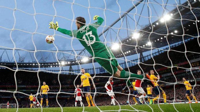 Kiper Atletico Madrid Jan Oblak membuat beberapa penyelamatan gemilang pada laga melawan Arsenal di leg pertama semifinal Liga Europa (Foto: Andrew Couldridge/Action Images via Reuters)