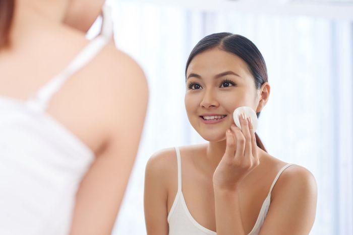 Beralih ke kosmetik yang lebih alami. Cobalah untuk memakai kosmetik yang lebih alami dan lebih sedikit riasan kamu karena paraben yang digunakan dalam kosmetik dapat mengganggu estrogen pada wajah wanita yang normal sehingga mengakibatkan penuaan dini. Foto: Thinkstock
