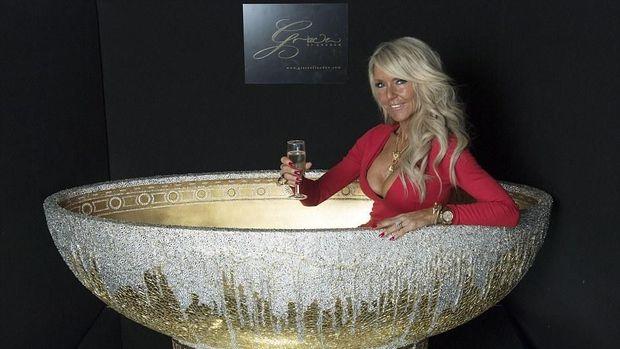 Celia Sawyer dan bathtub ciptaannya yang seharga miliaran rupiah.