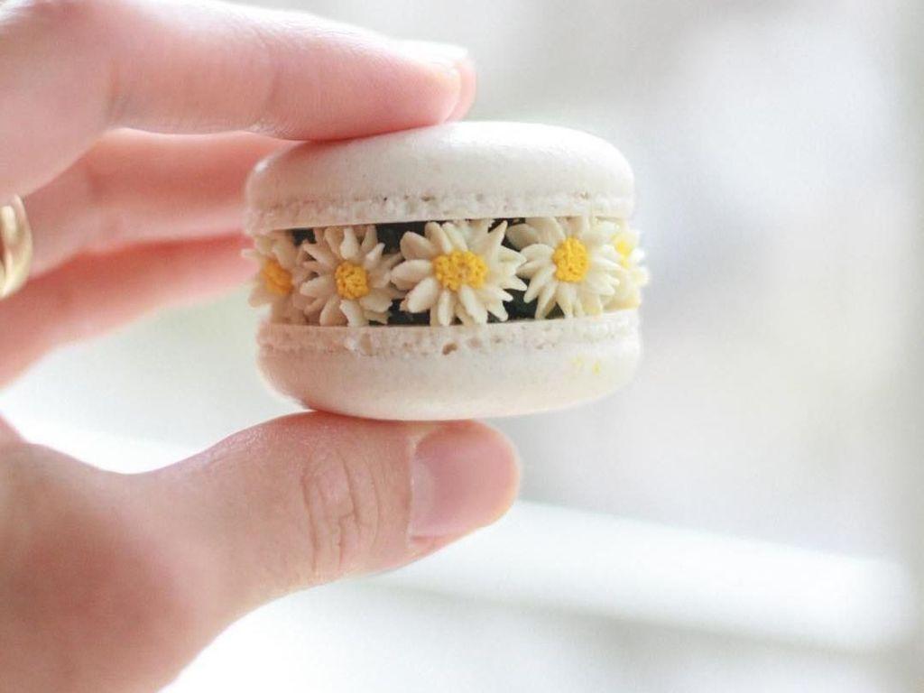 Wouw, Cantiknya! Macaron Ini Dihiasi Bunga-bunga Mungil dari Buttercream