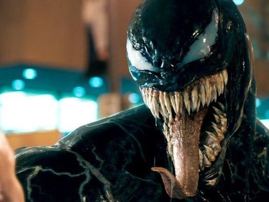 Improvisasi Tom Hardy Nyebur ke Tangki Lobster di Venom
