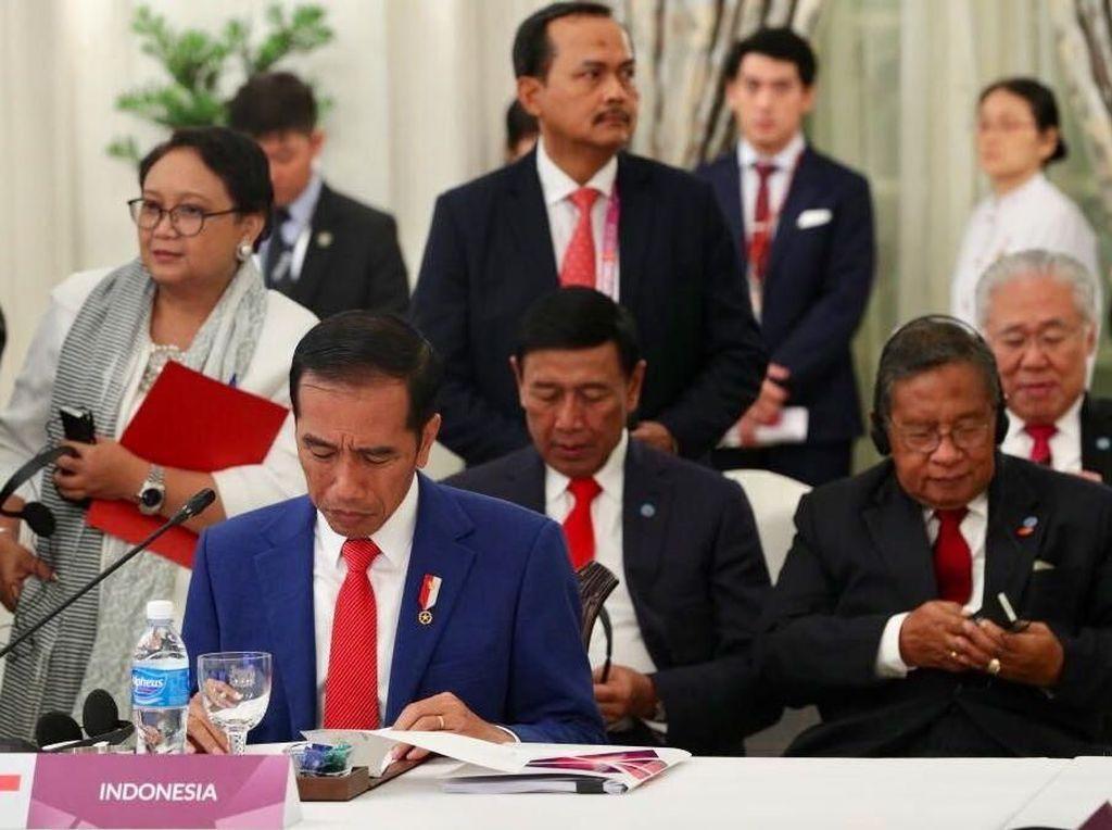 Foto: Jokowi Hadiri KTT ke-32 ASEAN di Singapura
