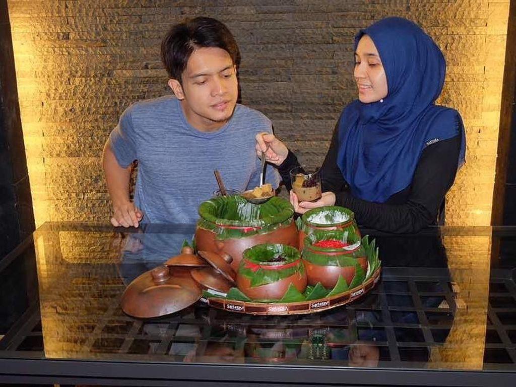 Jajan di Angkringan Milik Artis Dimas Seto dan Dhini Aminarti