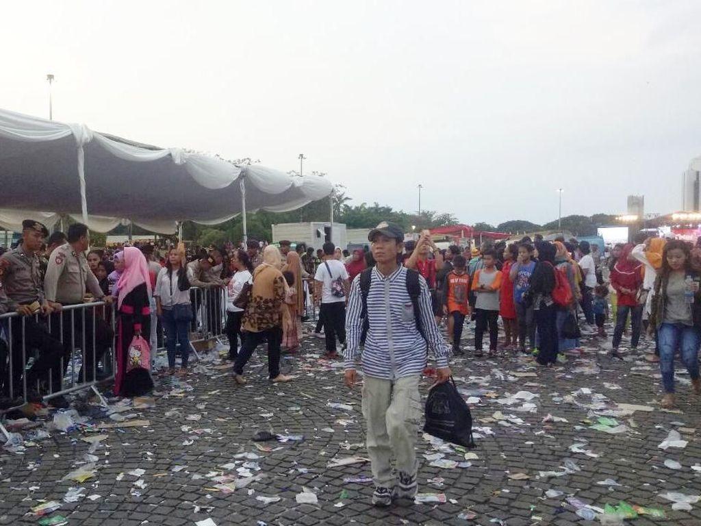 200 Petugas Berjibaku Bersihkan Monas Usai Acara Bagi-bagi Sembako