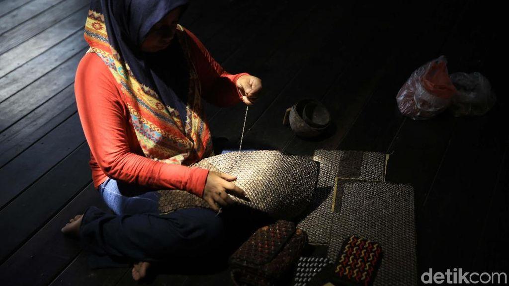 Melihat Pembuatan Kerajinan Dari Limbah Kayu