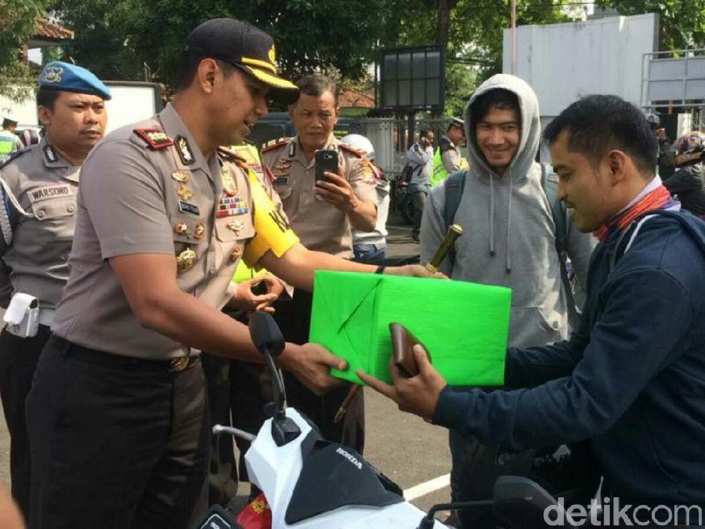 Polisi Ciamis Beri Hadiah ke Pemotor yang Taat Lalu Lintas