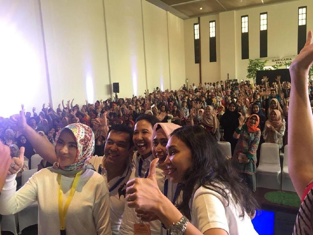 Senangnya Rini Dikerubuti Mahasiswa Minta Selfie