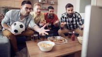 Makan Sahur Sambil Nonton Bola, Hati-hati Kenaikan Berat Badan Mengintai
