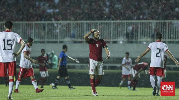 Pesepak Bola Timnas Indonesia Ilija Spasojevic dalam pertandingan Anniversary Cup di Stadion Pakan Sari, Bogor, Jumat, 27 April 2018. Timnas Bahrain menang dengan skor 1-0. CNN Indonesia/Adhi Wicaksono.