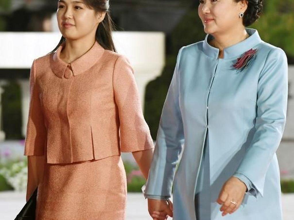 Bergandengan Tangan, Begini Akrabnya Ibu Negara Korut dan Korsel