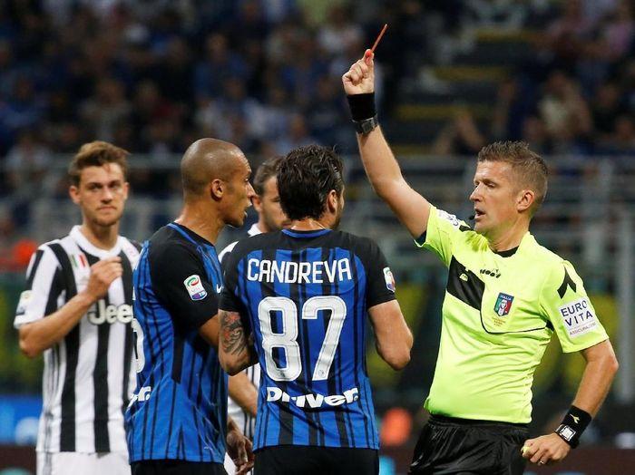 Soccer Football - Serie A - Inter Milan vs Juventus - San Siro, Milan, Italy - April 28, 2018   Inter Milans Matias Vecino is sent off by referee Daniele Orsato   REUTERS/Stefano Rellandini