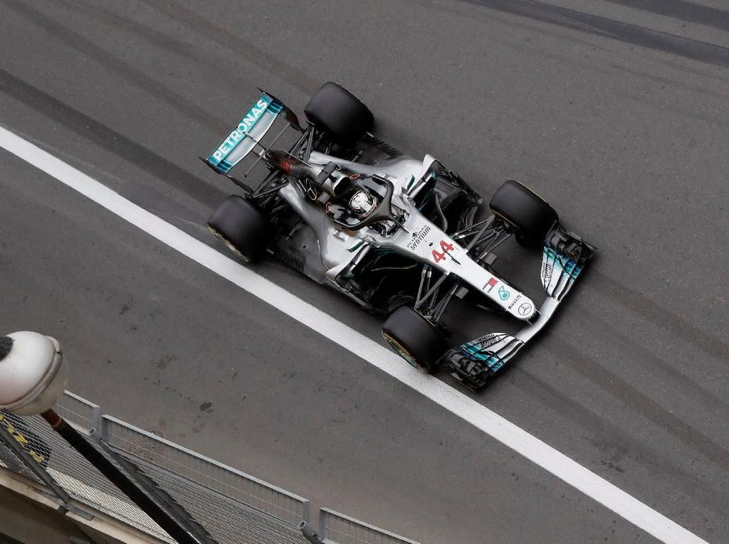 Hamilton Rebut Pole, Mercedes Start 1-2