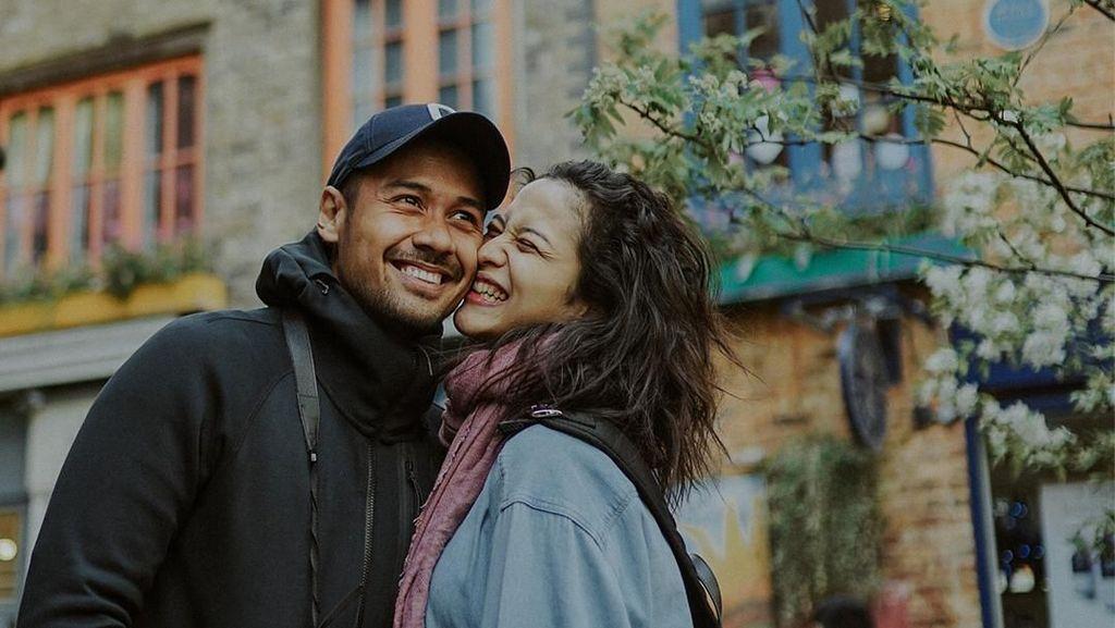 Bikin Baper! Lihat Kemesraan Chicco Jerikho dan Putri Marino di London