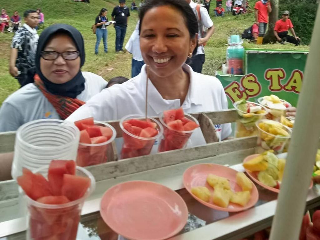 Mengintip Gaya  Menteri BUMN, Rini Soemarno Menikmati Makanan Nusantara