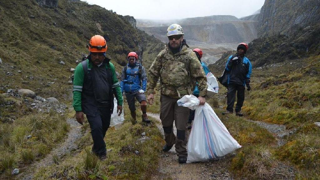 Foto: Aksi Bersih-bersih Sampah di Puncak Tertinggi Indonesia