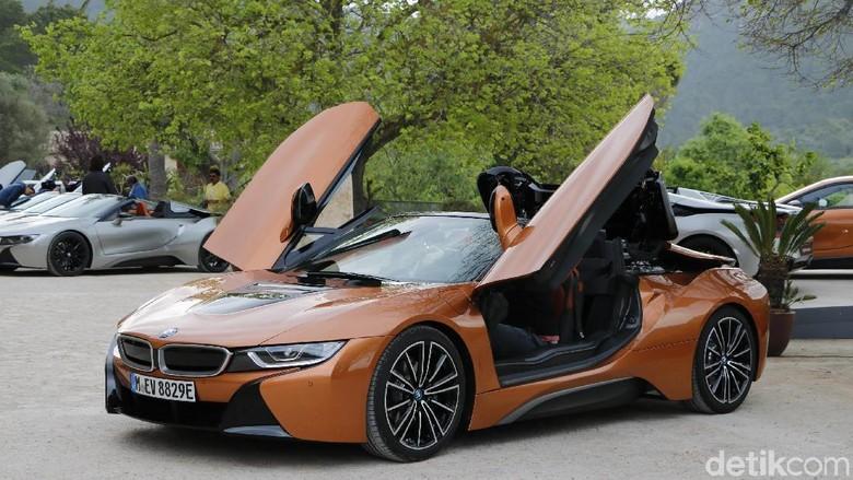BMW i8 Roadster, mobil listrik atap terbuka yang pakai pintu kupu-kupu