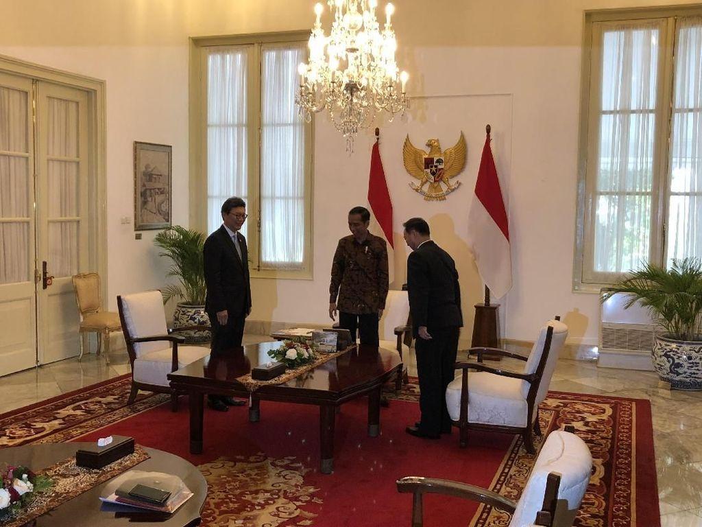 Jokowi Bertemu Dubes Korsel dan Korut di Istana Merdeka