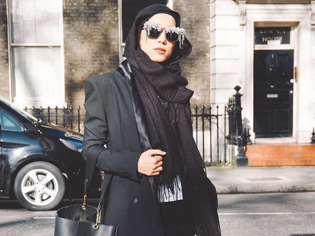 Inspirasi Gaya Hijab Stylish untuk ke Kantor ala Desainer Jenahara