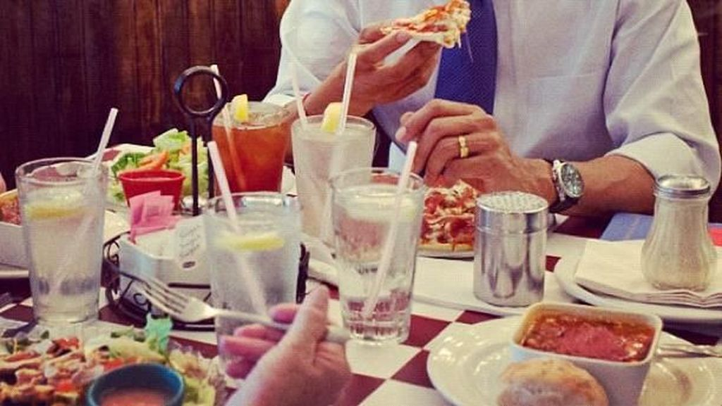 Begini 10 Gaya Seru Barack Obama Saat Makan Burger hingga Es Krim