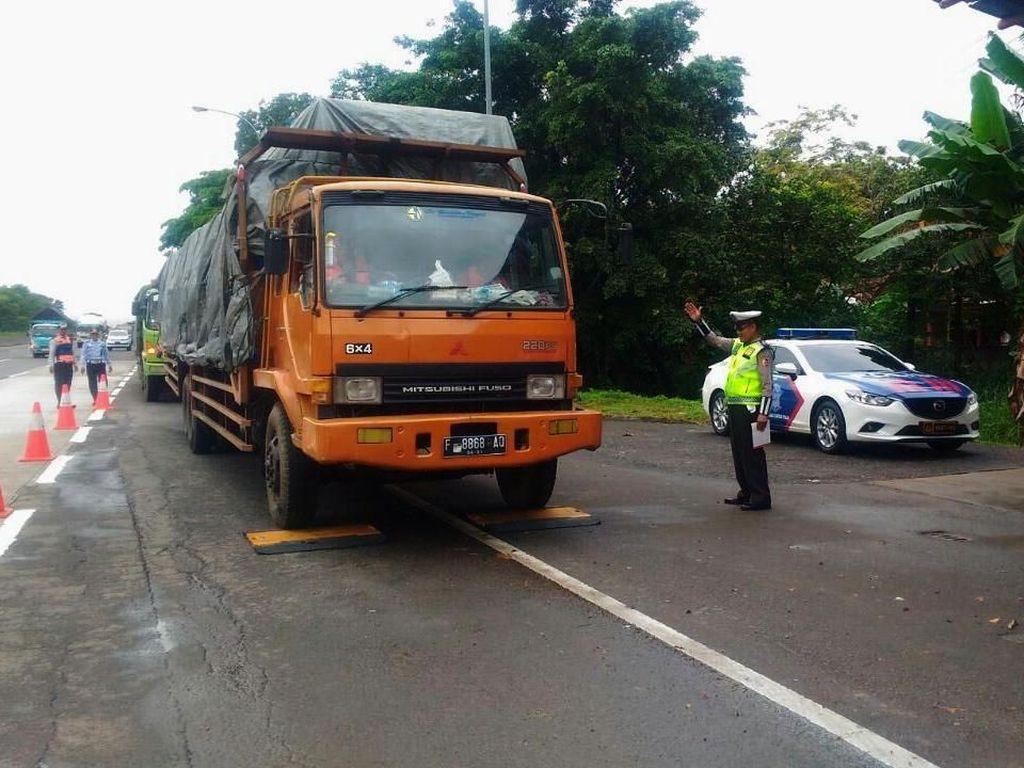 Truk-truk Obesitas yang Bikin Macet dan Rusak Jalan Tol