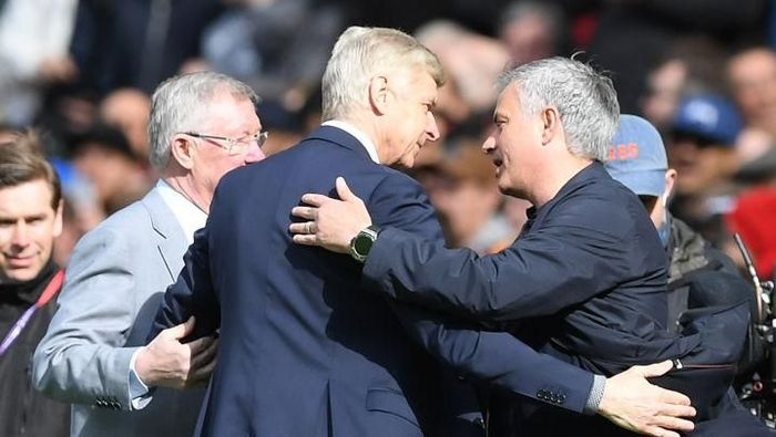 MANCHESTER, ENGLAND - APRIL 29:  Sir Alex Ferguson and Jose Mourinho, Manager of Manchester United greet Arsene Wenger, Manager of Arsenal pitchside prior to the Premier League match between Manchester United and Arsenal at Old Trafford on April 29, 2018 in Manchester, England.  (Photo by Shaun Botterill/Getty Images)