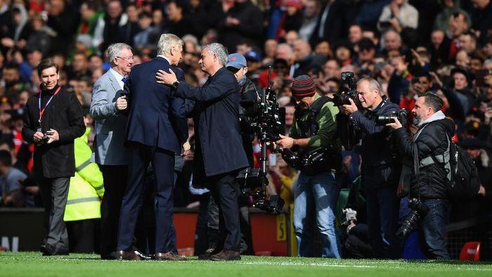 Arsene Wenger disambut meriah dalam kunjungan terakhirnya ke Old Trafford sebagai manajer Arsenal. (Foto: Shaun Botterill/Getty Images)