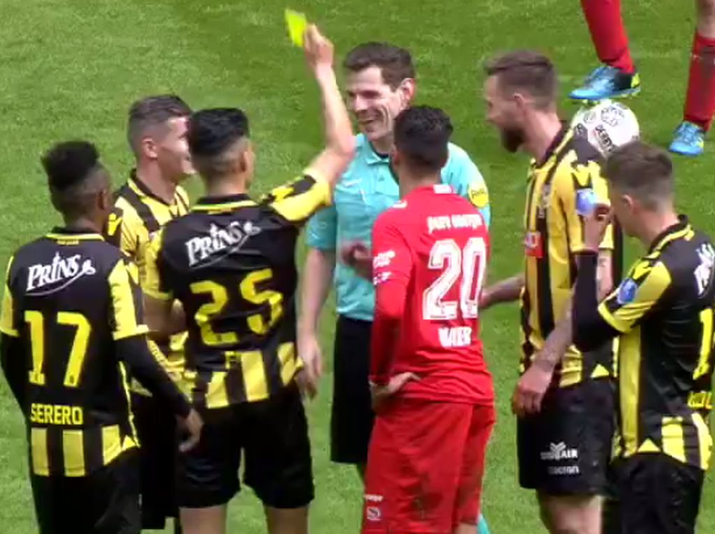 Kelakar di Laga Eredivisie: Wasit Jatuh, Dikartu Kuning Pemain