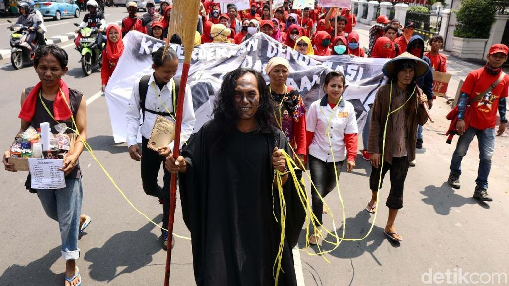 Teaterikal Iblis Jahat di Demo Buruh
