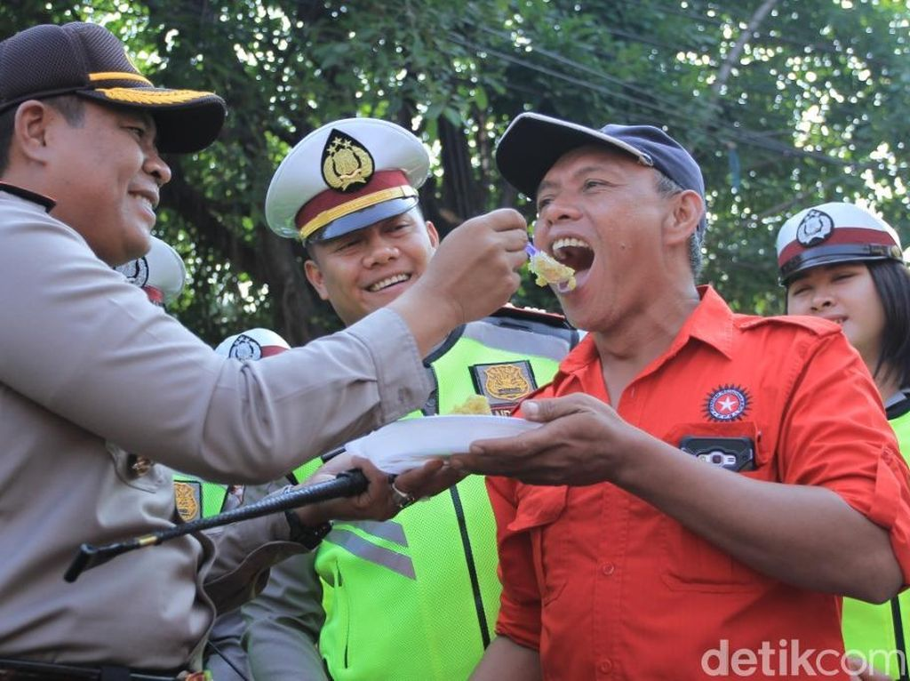 Saat Polisi Kabupaten Bandung Suapi Buruh Tumpeng Sebelum Demo