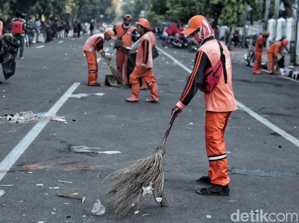 Bersihkan Sampah Usai May Day 2018