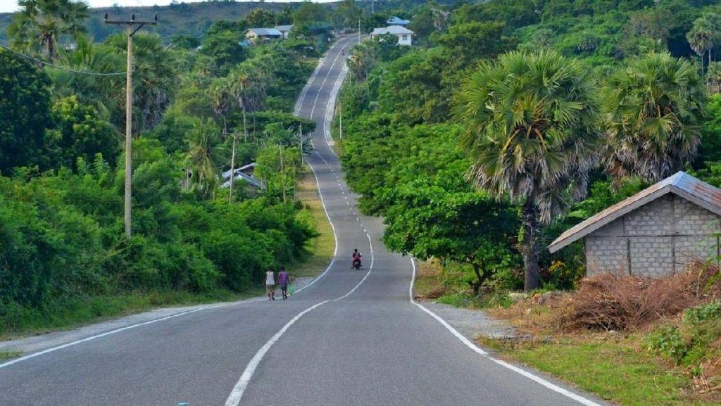 Mulusnya Jalan Pulau Terdepan RI di Maluku