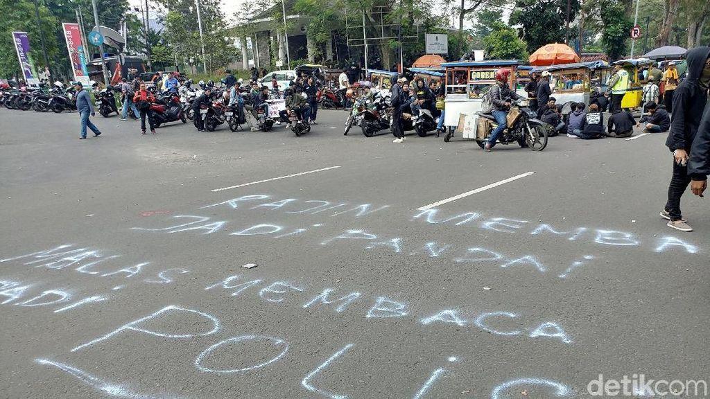 Foto: Jejak Aksi Vandalisme saat Peringatan May Day di Bandung