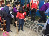 Peringati May Day, Puluhan Karyawan Toserba Bersama Polwan Aksi Bersih-bersih Jalan