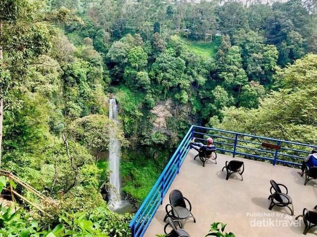 Tempat Asyik Leyeh-leyeh di Bandung, Depannya Air Terjun