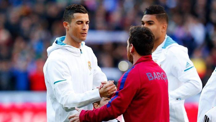 Cristiano Ronaldo saat bersalaman dengan Lionel Messi. (Foto: Gonzalo Arroyo Moreno/Getty Images)