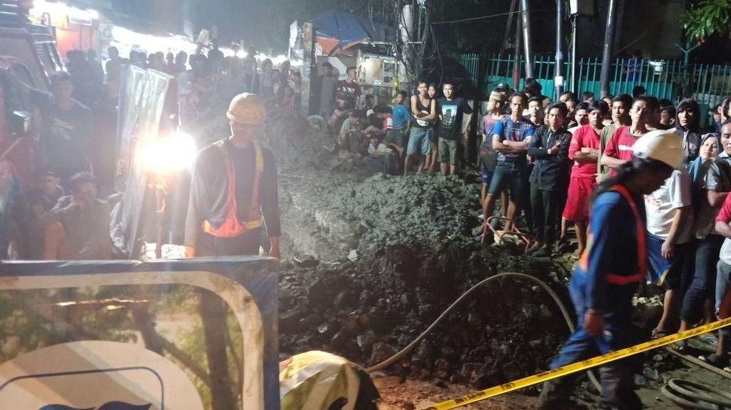 Foto Proses Evakuasi Pekerja Terperosok Gorong-gorong di Pluit