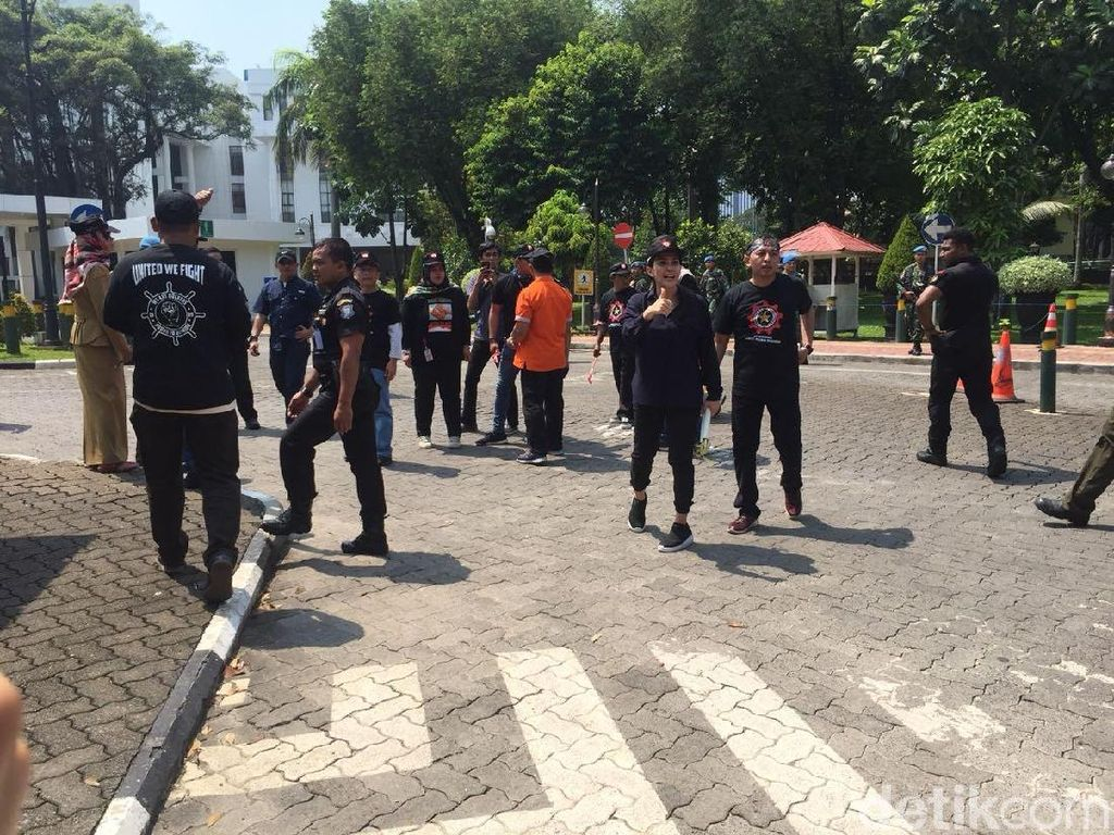 Dipimpin Rieke, Massa KRPI Diterima di Istana