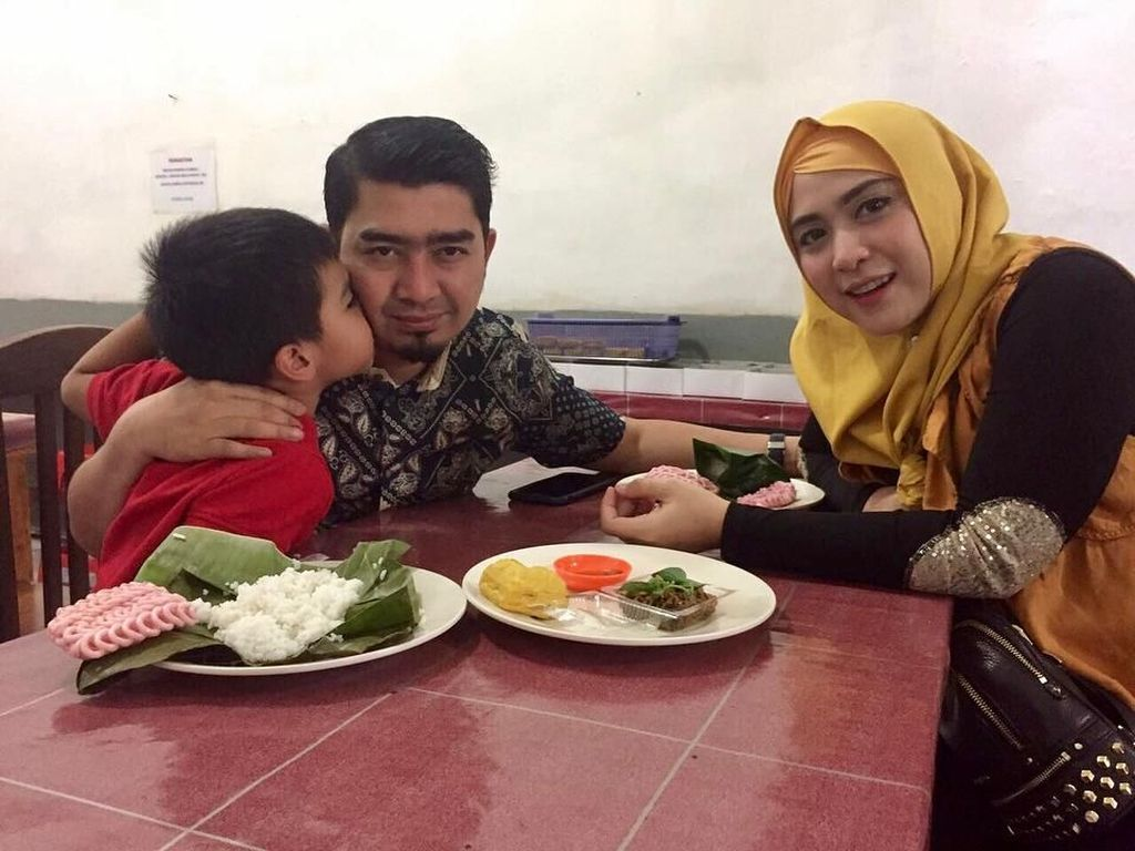 10 Aksi Ustad Solmed Saat Makan Bareng Politisi Sampai Suapi Anak