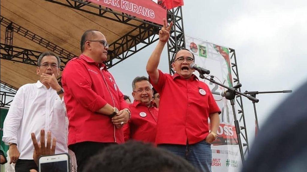 Foto: Ruhut Sitompul Berseragam PDIP Tapi Masih Ngaku Kader PD
