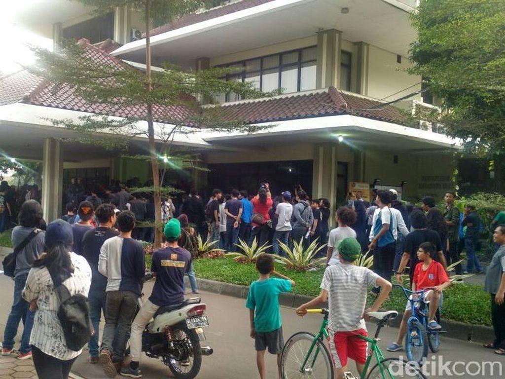 Demo Sempat Bikin Macet, Mahasiswa UP Masuk Kampus