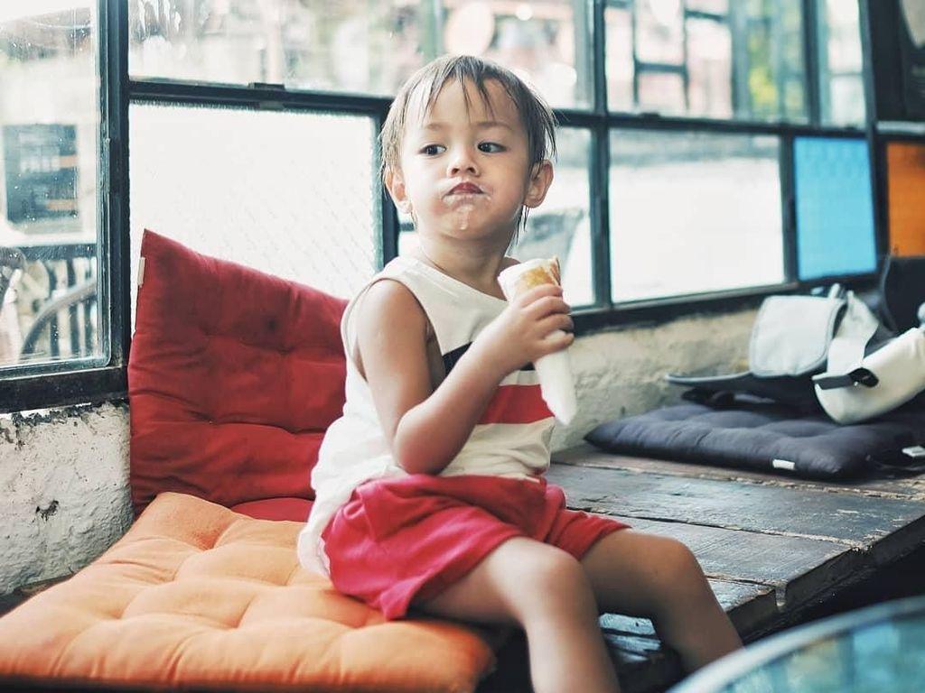 Gemas! Intip Aksi Bjorka, Anak Ringgo dan Sabai Saat Makan Popcorn dan Es Krim