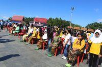 Para ibu yang dibariskan (dok Pemkab Halmahera Barat)