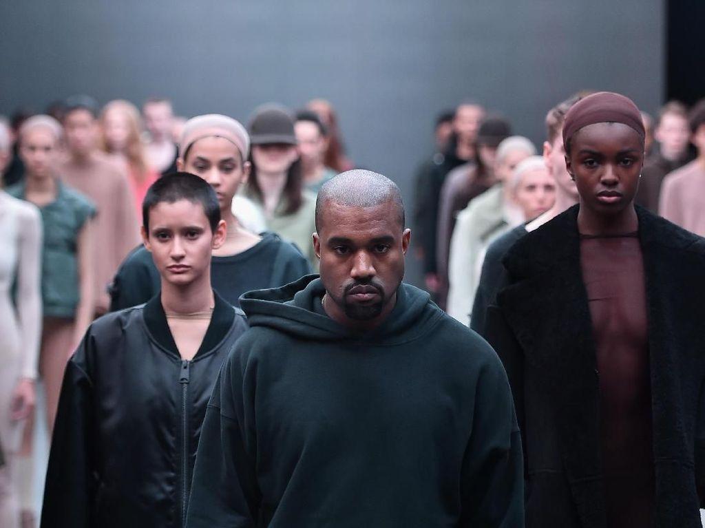 So Cute! Saat Kanye West yang Jarang Tertawa Gendong 2 Anak di Pemotretan